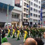 銀座で警察音楽隊のパレード